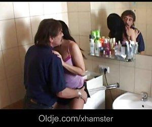 Teen bruneta curvă fucks cu oldguy într-o baie
